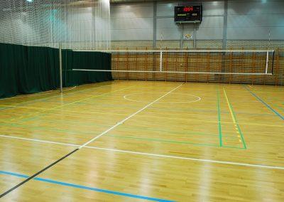 Grafika przedstawia hale sportową z rozwieszona siatką