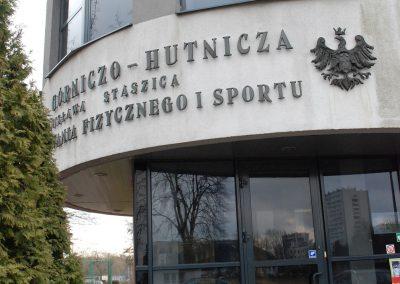 Zdjęcie przedstawia wejście do budynku SWFiS