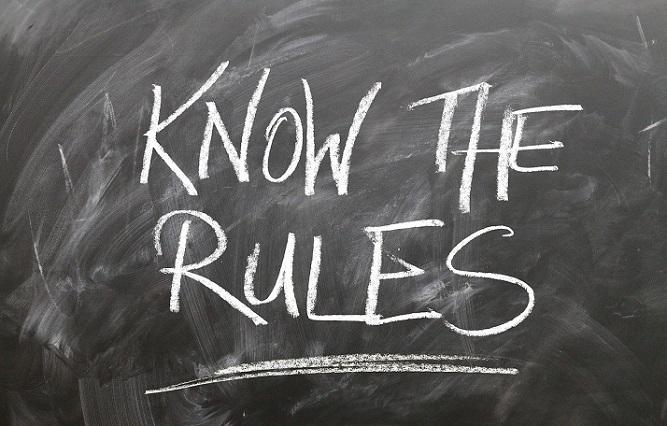 Zdjecie przedstawia tablicę, na której białą krędą napisane są słowa KNOW THE RULES